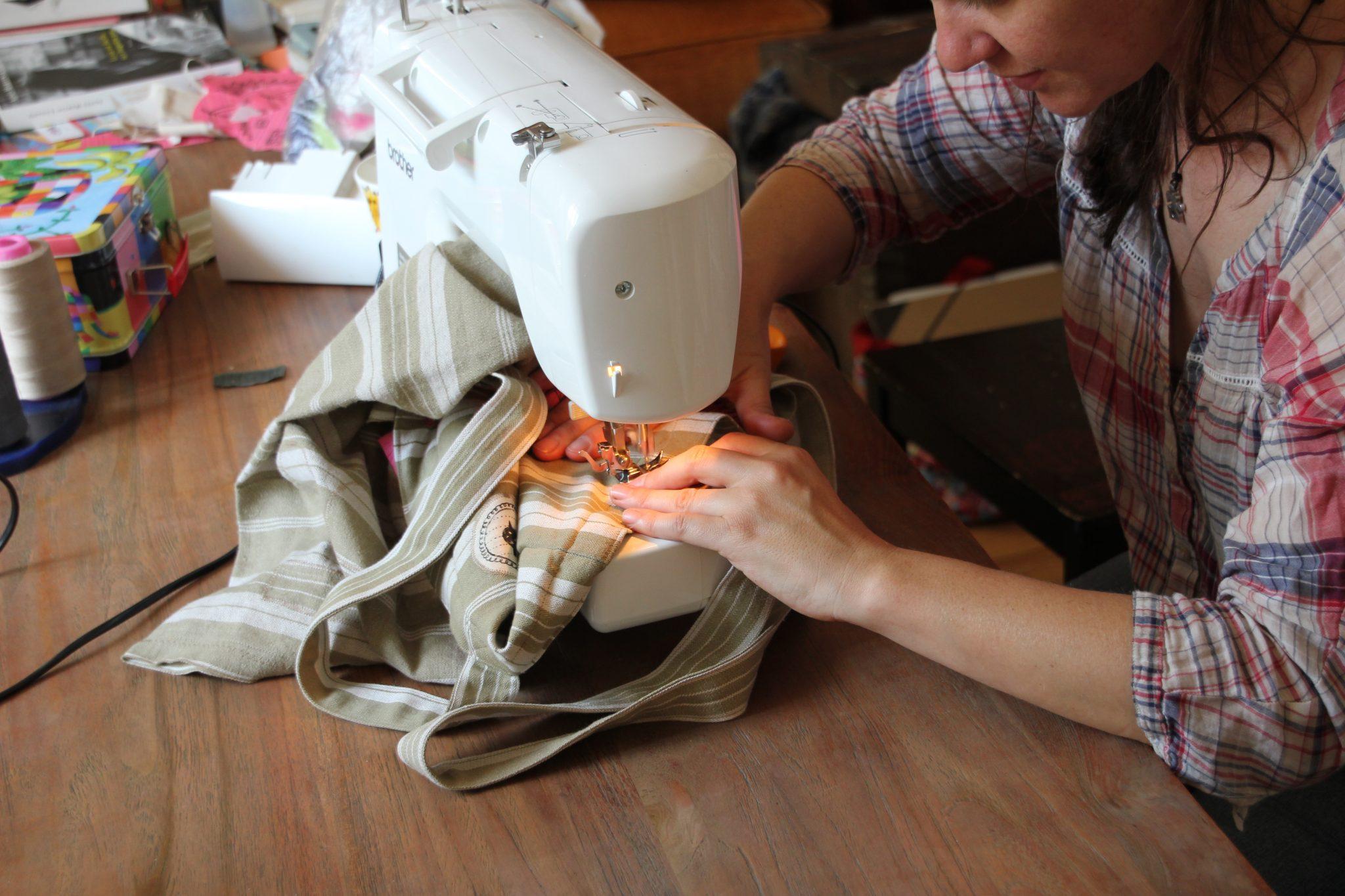 Azilise de LinoLino au travail (couture) | LinoLino | Linogravure | Créations artisanales