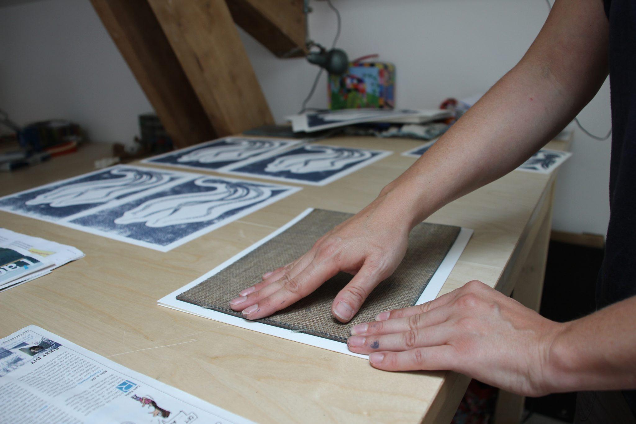 Azilise de LinoLino au travail (impression) | LinoLino | Linogravure | Créations artisanales