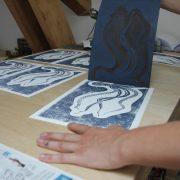 Azilise de LinoLino au travail (impression)   LinoLino   Linogravure   Créations artisanales