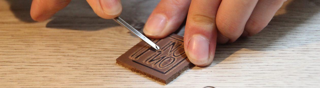 Azilise au travail (gravure) | LinoLino | Linogravure | Créations artisanales