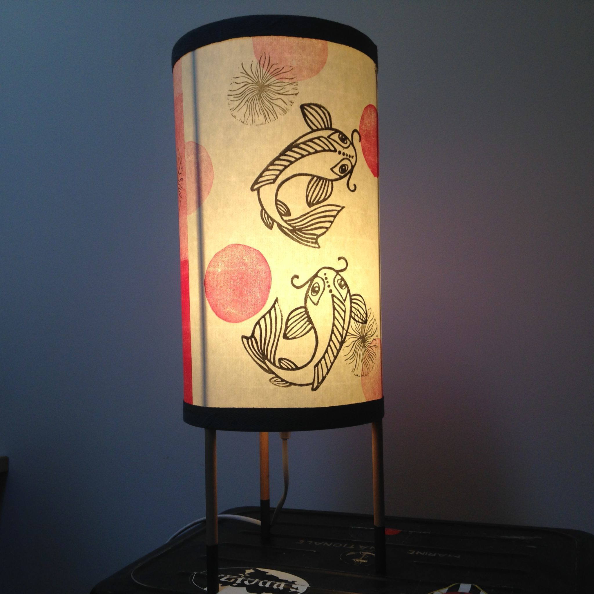 LinoLino | Linogravure et créations à partir d'impressions artisanales | Chambéry, France | Impression originale illustration lampe lightning luminaire