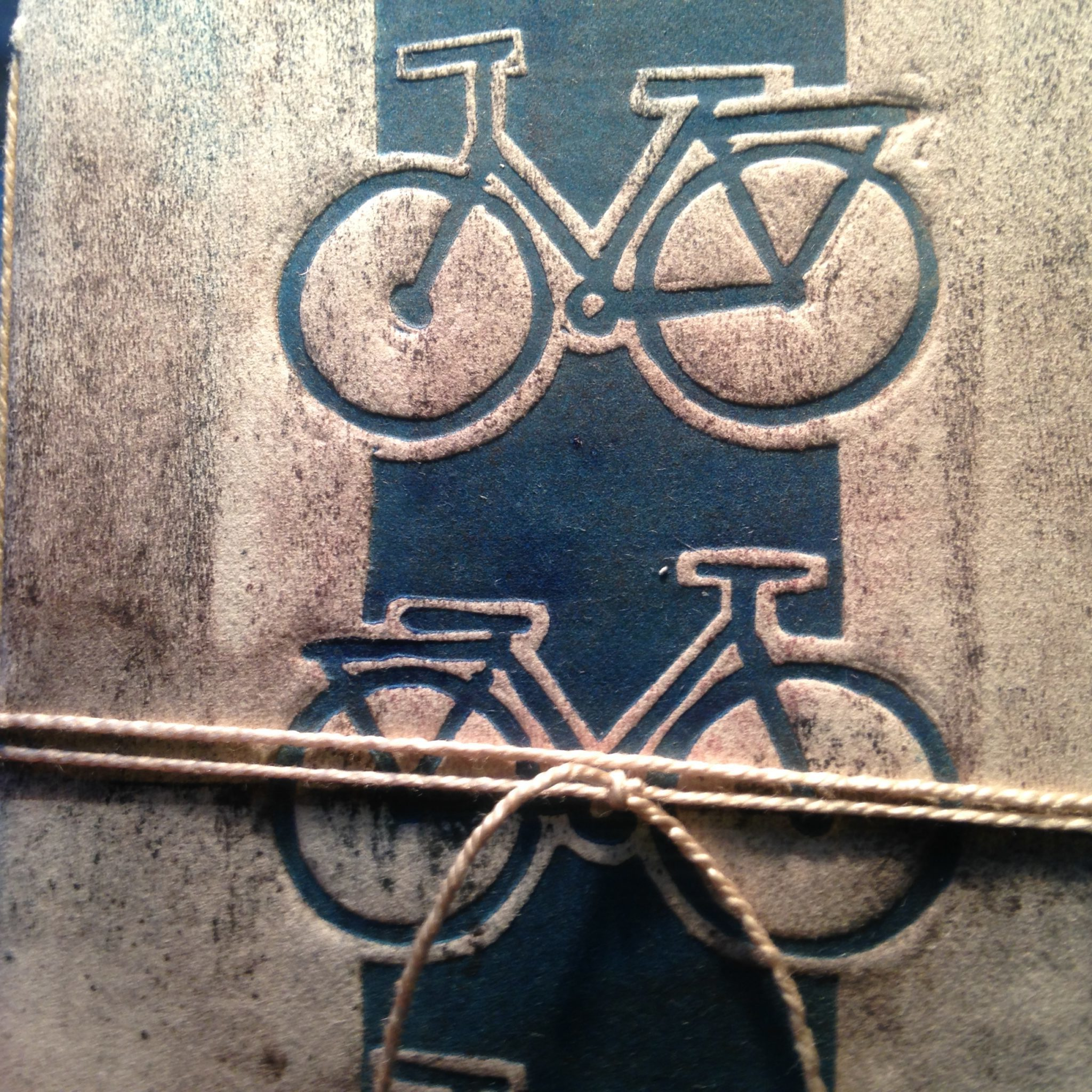 LinoLino | Linogravure et créations à partir d'impressions artisanales | Chambéry, France | Impression originale illustration detail carnet velo gaufrage