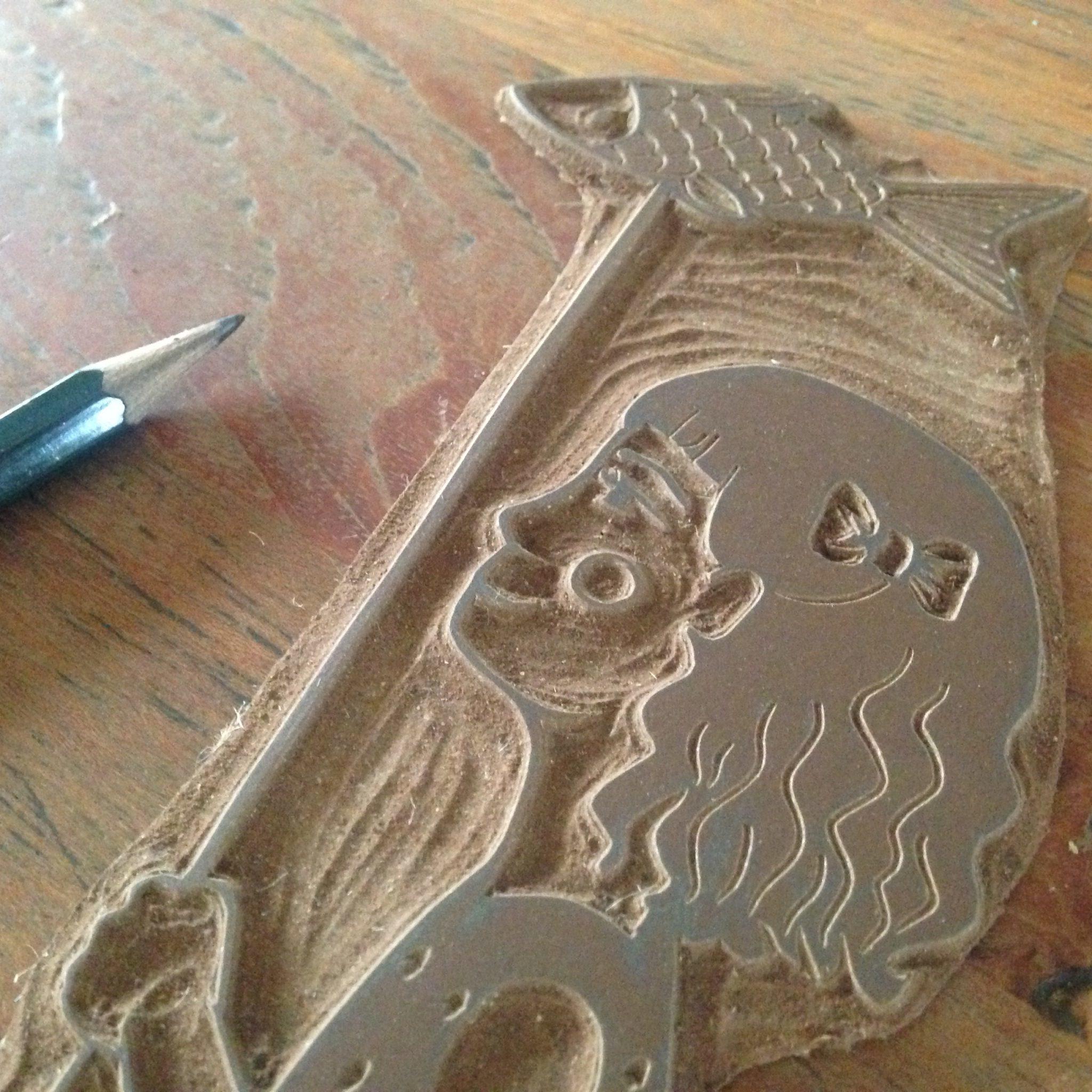 LinoLino | Linogravure et créations à partir d'impressions artisanales | Chambéry, France | Impression originale illustration détail plaque lino fille poisson