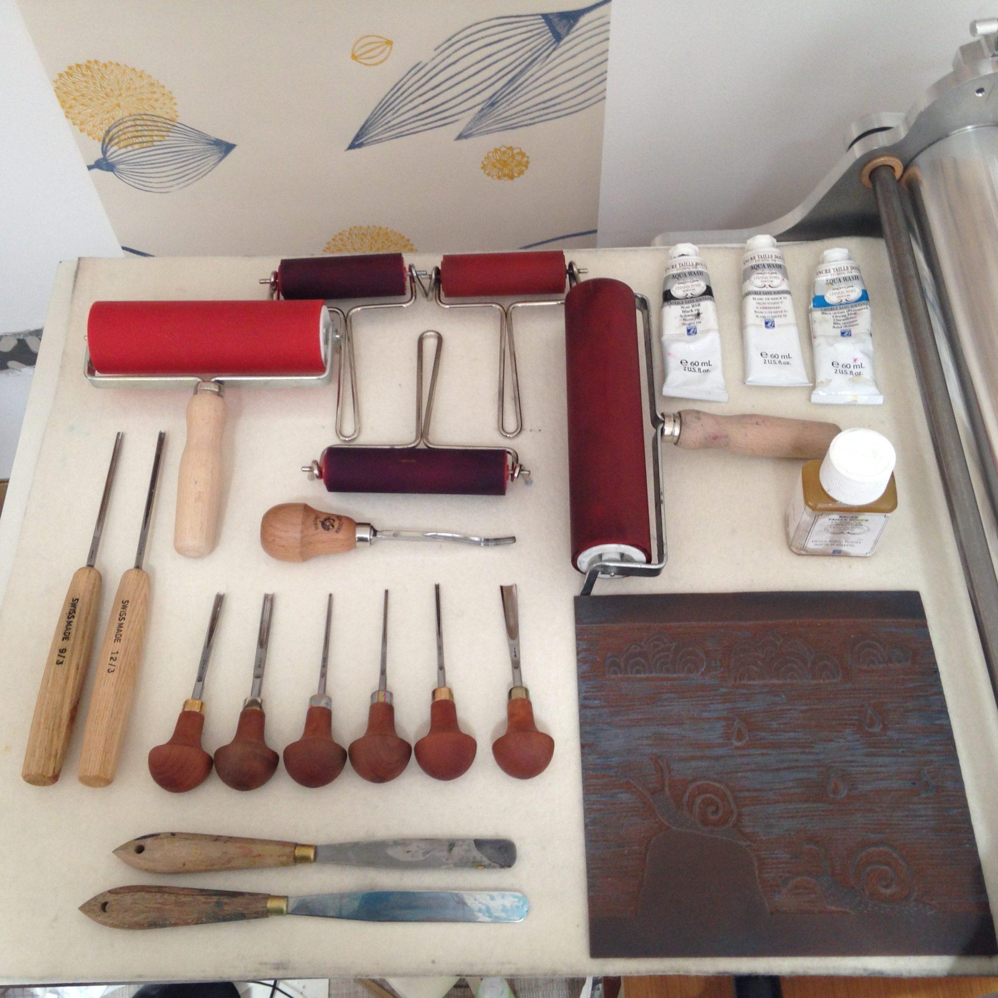 LinoLino | Linogravure et créations à partir d'impressions artisanales | Chambéry, France | Matériel de linogravure : encres, rouleaux, gouges, presse taille-douce