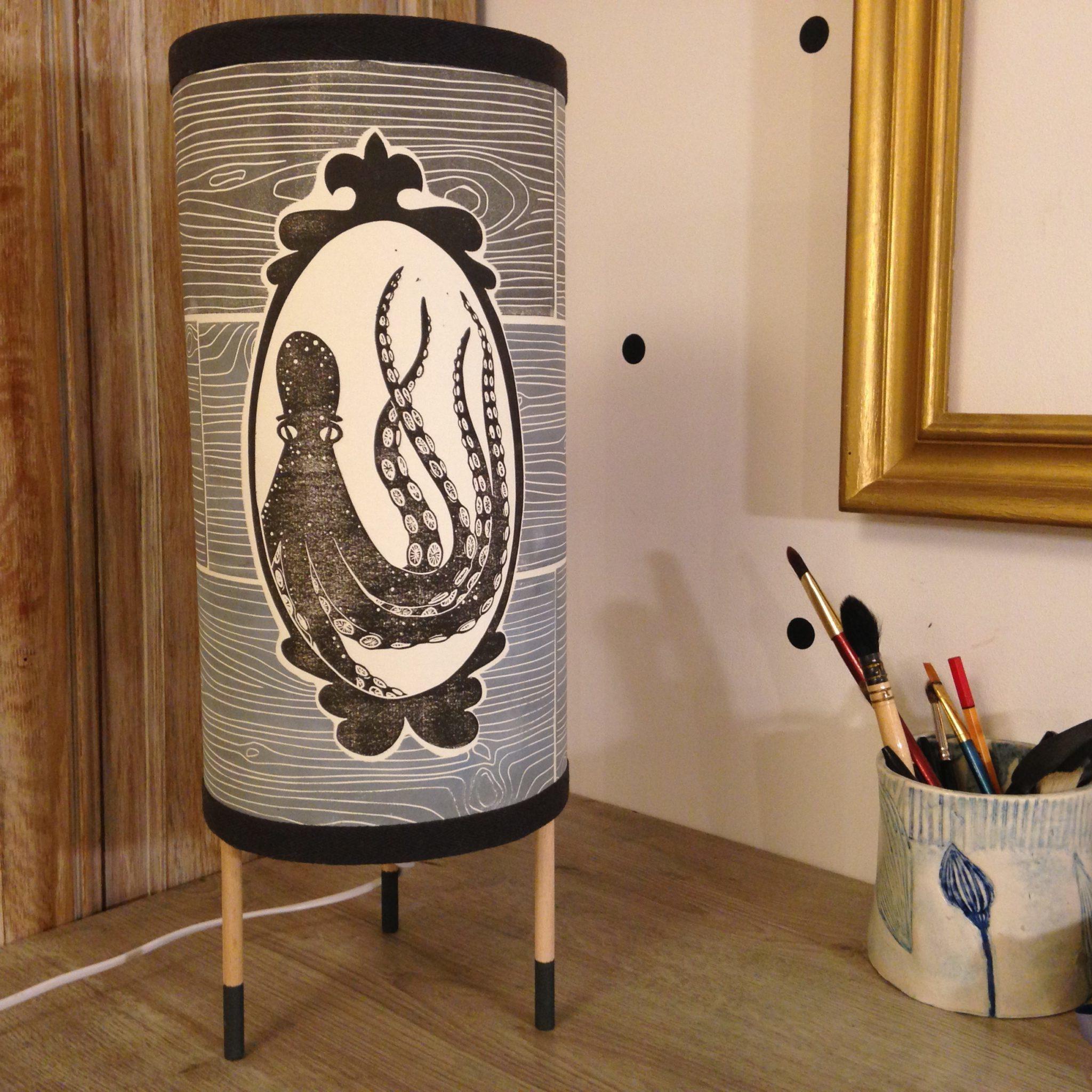 LinoLino | Linogravure et créations à partir d'impressions artisanales | Chambéry, France | Lampes | Lampe à poser grand modèle, Poulpes hublots sur lattes de bois