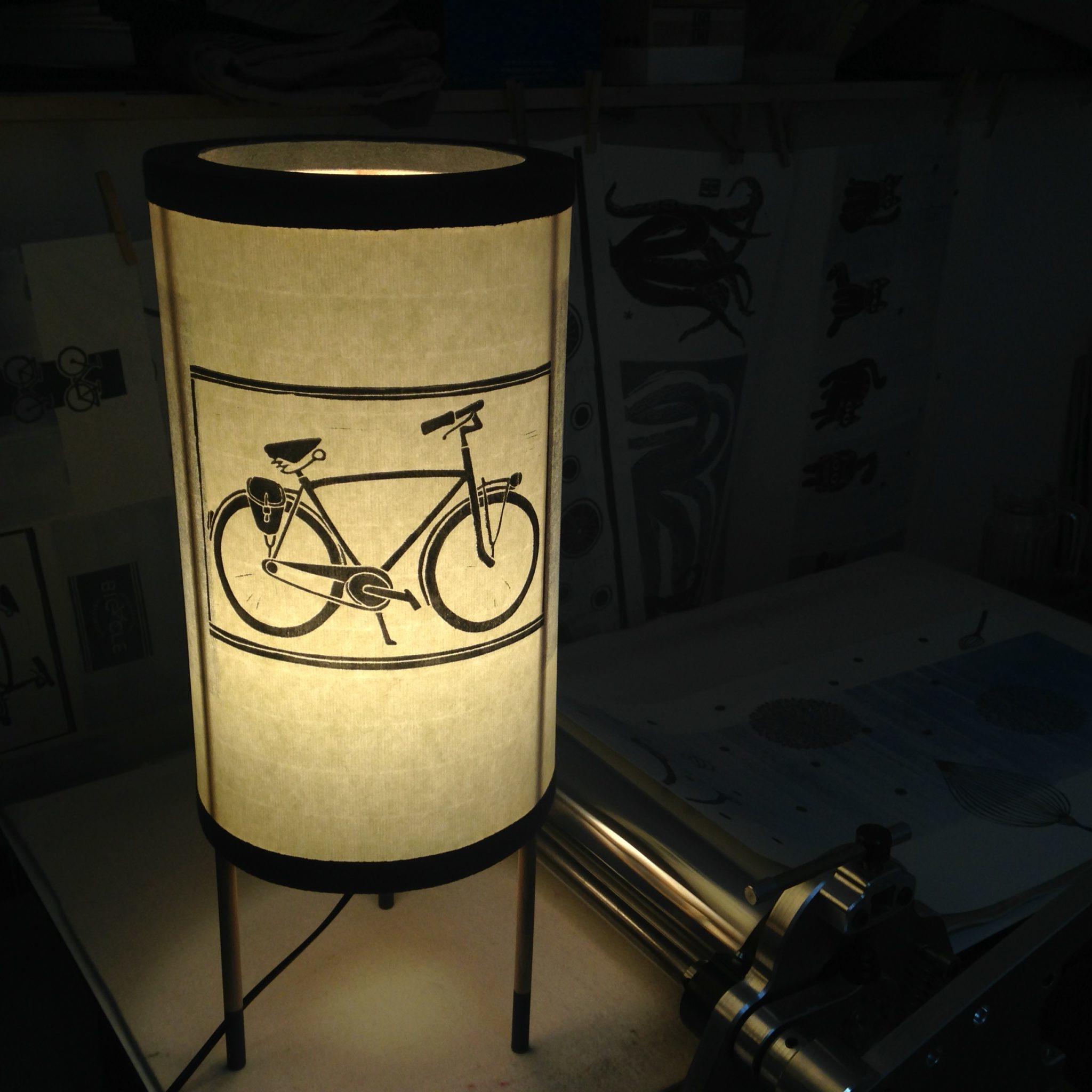 LinoLino | Linogravure et créations à partir d'impressions artisanales | Chambéry, France | Lampes | Lampe à poser grand modèle, Vélo