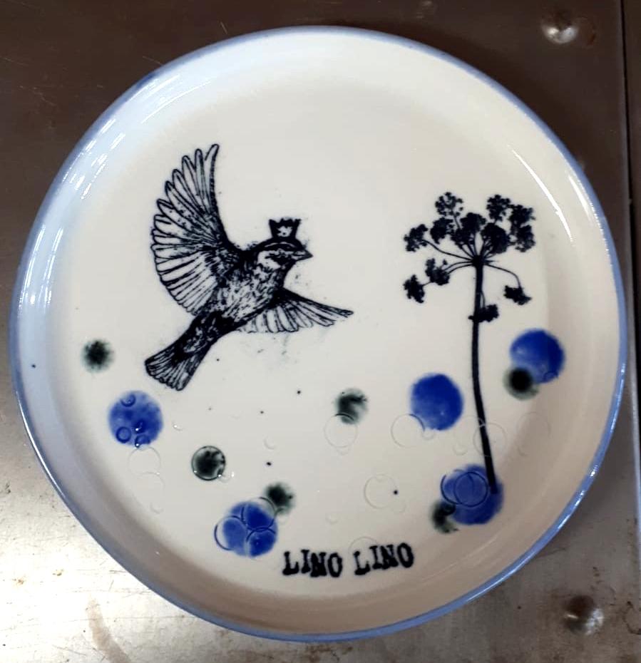 LinoLino | Linogravure et créations à partir d'impressions artisanales | Chambéry, France | Poterie collab Tant que la Terre Tourne assiette Oiseau et Ombelle