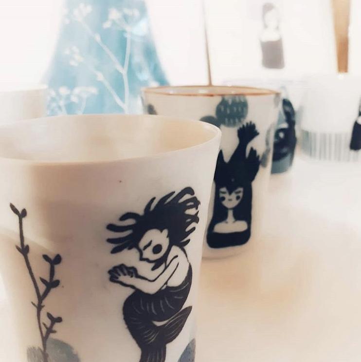 LinoLino | Linogravure et créations à partir d'impressions artisanales | Chambéry, France | Poterie collab Tant que la Terre Tourne Gobelets sirène Femme oiseau