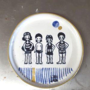 LinoLino | Linogravure et créations à partir d'impressions artisanales | Chambéry, France | Poterie collab Tant que la Terre Tourne assiette Sardines à la piscine